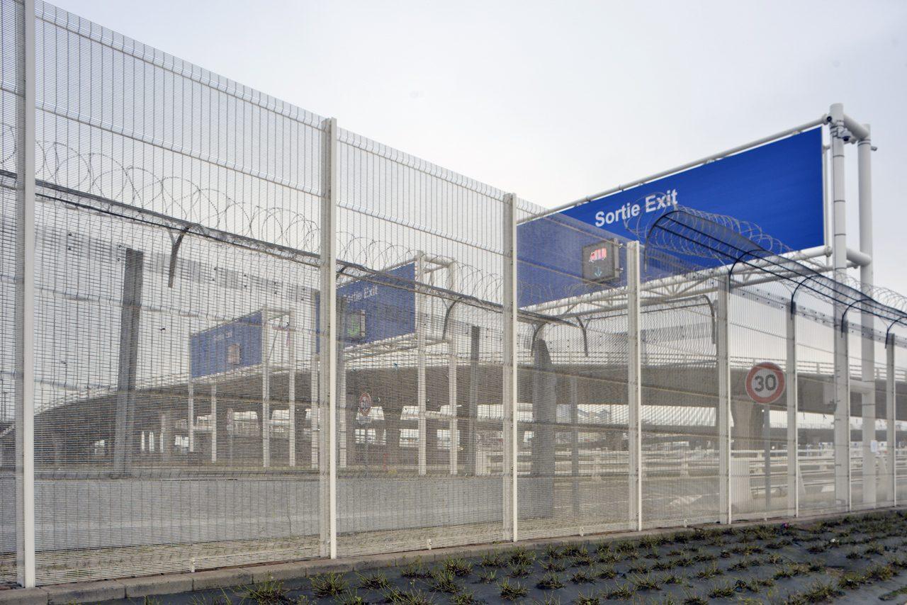 Calais en région Nord-Pas-de-Calais-Picardie est la ville la plus peublée du département: 75 000 habitants. Elle est une ville de liaison avec l'Angleterre avec son port et le tunnel sous la Manche. Sécurité sur le port de Calais